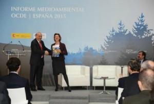 Ángel Gurría, secretario general de la OCDE en España, entrega a la ministra del Magrama, Isabel García Tejerina, el informe El desempeño ambiental de España 2015.