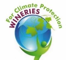 La certificación WfCP es un modelo que busca reducir las emisiones de gases de efecto invernadero (GEI) del sector vitivinícola español, así como impulsar otras medidas dirigidas a fomentar la sostenibilidad ambiental como una mayor apuesta por las energías renovables y mejores prácticas tanto en la gestión de los residuos como del agua.