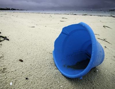 En su informe sobre políticas nacionales y subnacionales de los UE-28 que abordan la basura marina, la UICN propone medidas para impulsar la acción para acabar con el problema global de los desechos plásticos y garantizar así la supervivencia de especies y ecosistemas marinos.